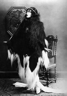 Quelle: mote-historie.tumblr.com Gloria Swanson, in her monkey fur cape - 1924 - Photo by Edward Steichen